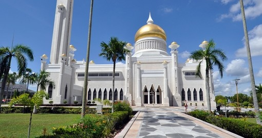 Learn about local culture and religion through teachings of this white clad Mosque on your tour of brunei