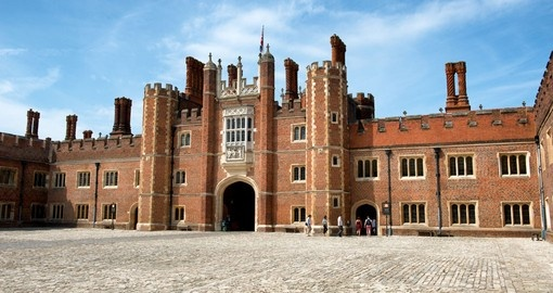 Discover Hampton Court Palace situated upon Thames during your next England vacations.