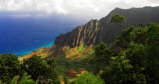 Experience beautiful Hawaiian Valley with a view of the Pacific Ocean during your next Hawaii tours.