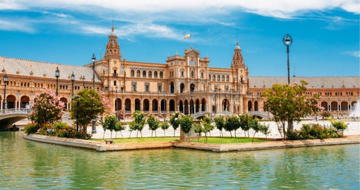 Designed by the great Seville architect Aníbal González, Plaza de Espana is built in a Renaissance/neo-Moorish in style