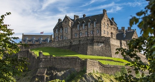Discover Edinburgh castle situated on the Castle Rock during your next Scotland vacations.