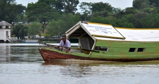 A boatman crosses the river to pick up customers