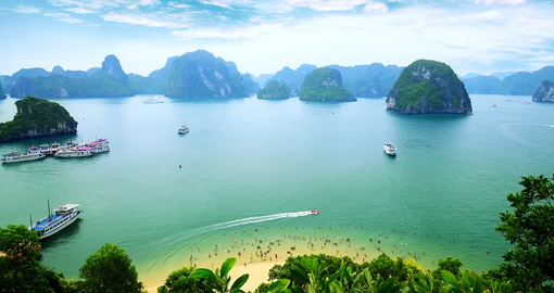 Experience this beautiful Halong Bay during your Vietnam vacations.