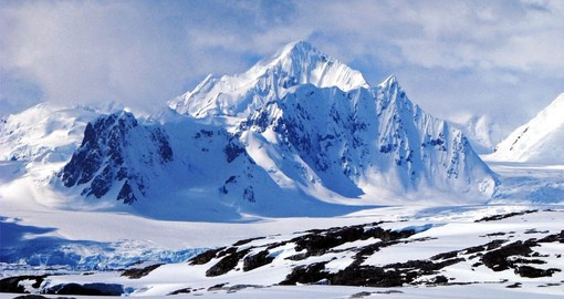 The Antarctic Peninsula features a dramatic landscapes of steep snow-covered peaks